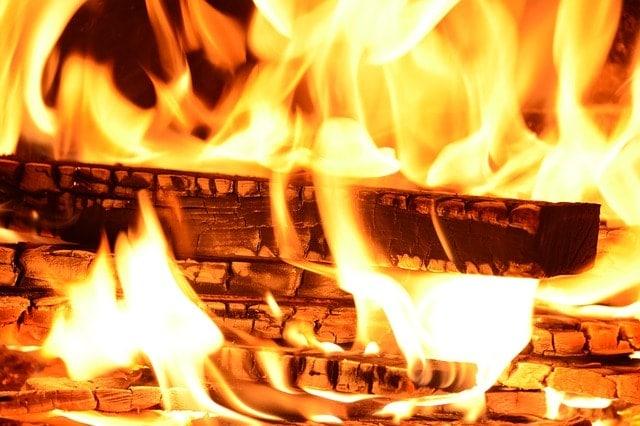 feu de bois avec belles flammes
